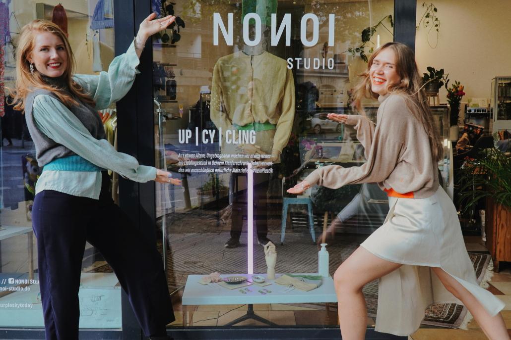Sophie Koop und  Katharina Rybakov präsentieren den Pop-up-Store von NONOI Studios im Schanzenviertel.